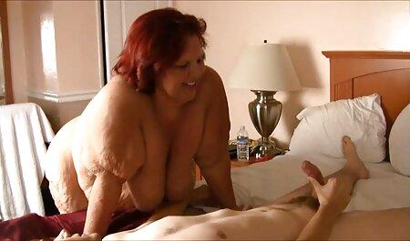 Accarezzando il clitoride della donna durante la video sex amatoriali italiani manicure